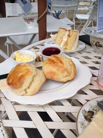 Pettigrew Tea Rooms: My cream tea and lemon drizzle cake