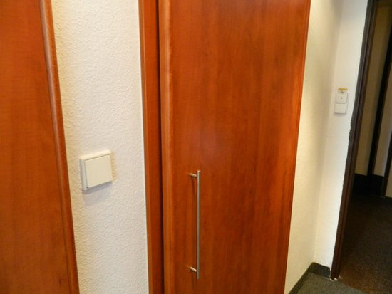 Hotel Olympik Tristar: door to bathroom not realy provides privacy