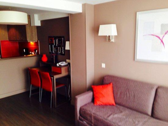 Adagio Caen Centre: Salon de l'appartement 304