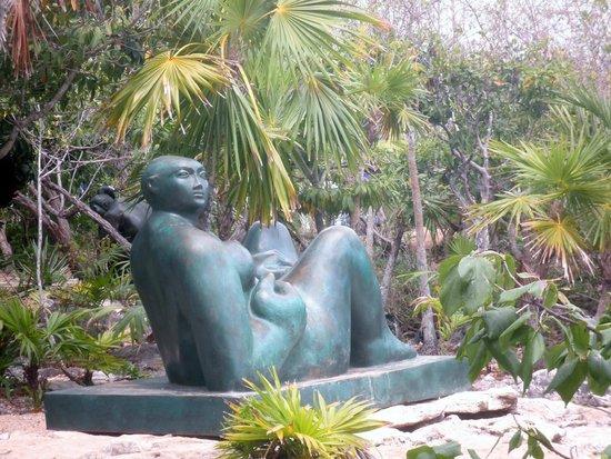 Yal-ku Lagoon: Statues on the grounds