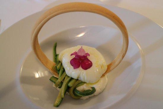 Donatella: Uovo pochè,crema di robiola di Roccaverano,zucchine e croccante di pane