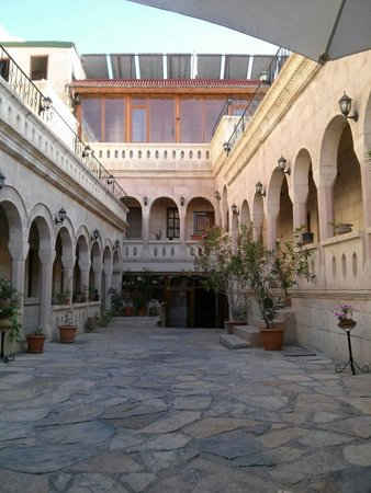 Nature Park Cave Hotel: Cortile interno