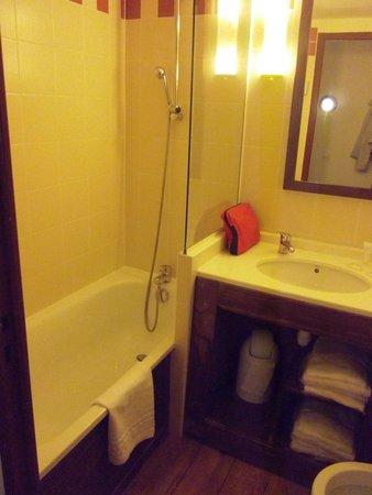 Pierre & Vacances Residence Le Belmont: salle de bain avec baignoire et wc