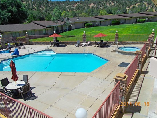 Best Western East Zion Thunderbird Lodge: Pool and Hotel Exterior