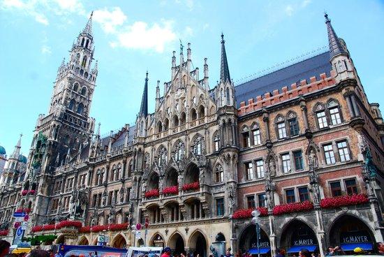Marienplatz : Just your average town hall!