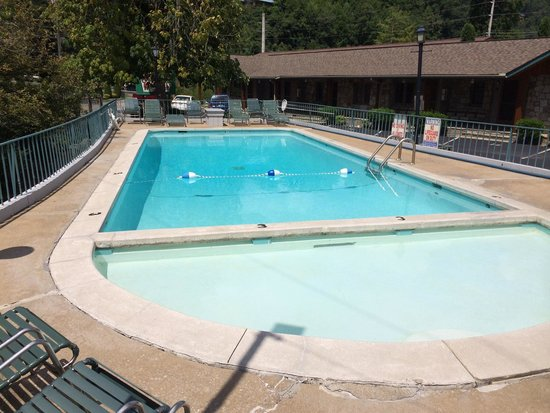 Marshall's Creek Rest Motel: Heated pool. Very clean.