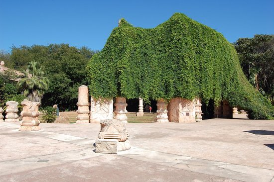 The Palace of the Lost City : Palace grounds