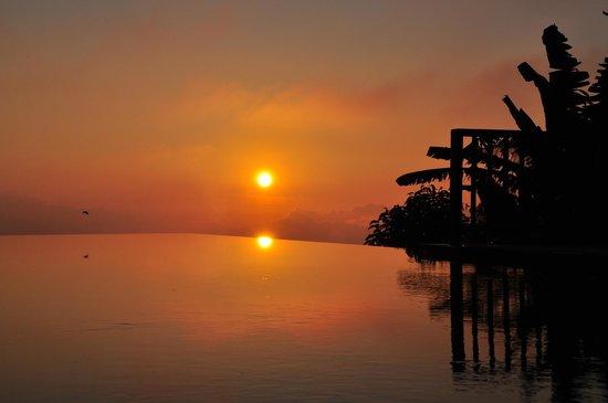 Munduk Moding Plantation: coucher de soleil de rêve sur cette magnifique piscine