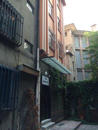Bada Bing Hostel: Вход в Bada bing residence oтдеальный от хостела