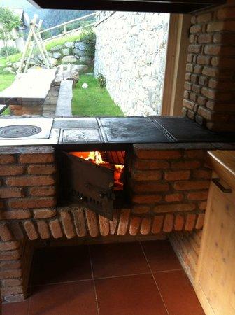 chalet la rugiada cucina a legna con pietra ollare ed aspirazione