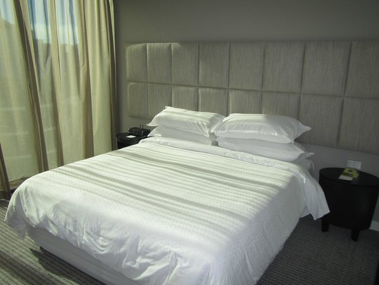 Four Points by Sheraton Brisbane: View of the bed