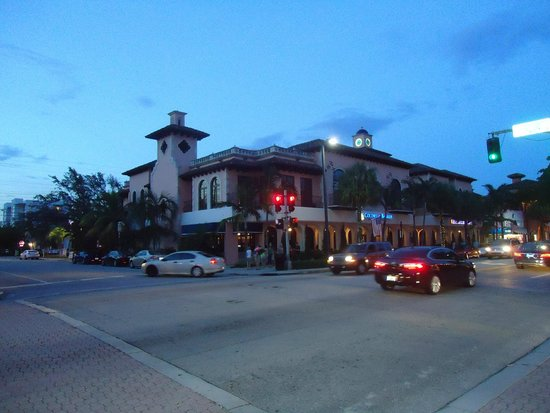 Las Olas Boulevard: Spanish style buildings