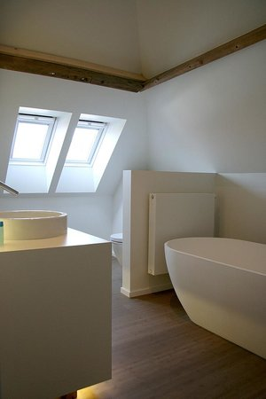 Hof ter Kwaremont : bathroom with designer bath en furniture