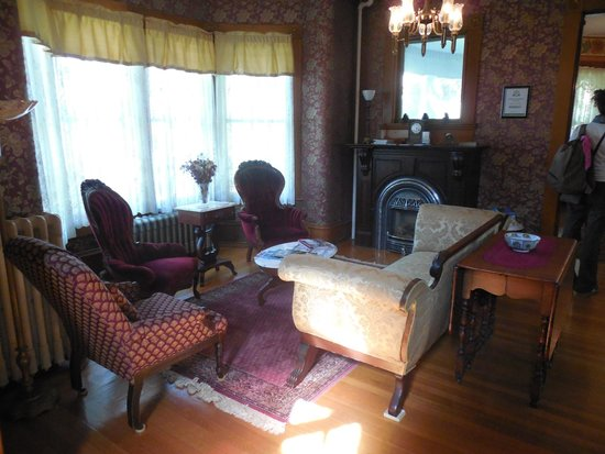 Maplecroft Bed And Breakfast: Living room