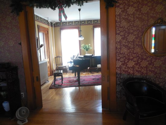 Maplecroft Bed And Breakfast: Grand piano room
