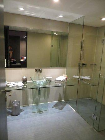 FM7 Resort Hotel Jakarta: Bathroom