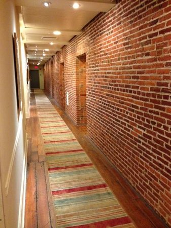 Lancaster Arts Hotel : 2nd floor hallway.