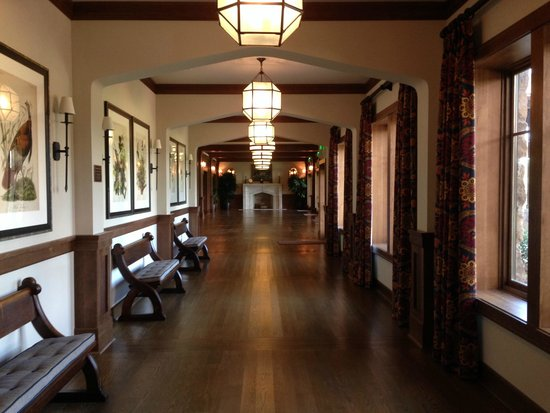 The Sewanee Inn: Hallway to function rooms with Audubon reproductions