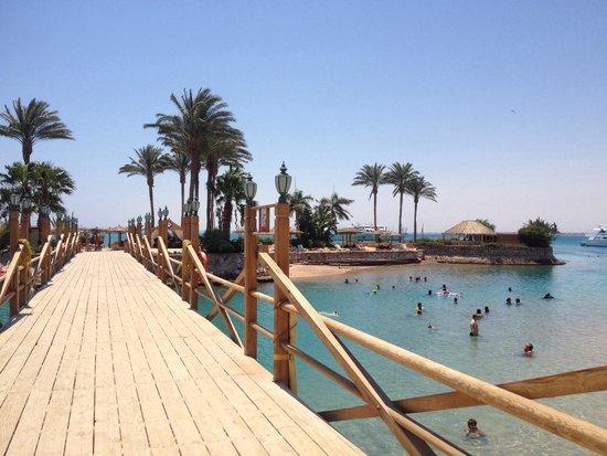 Hurghada Marriott Beach Resort: Beach / bridge