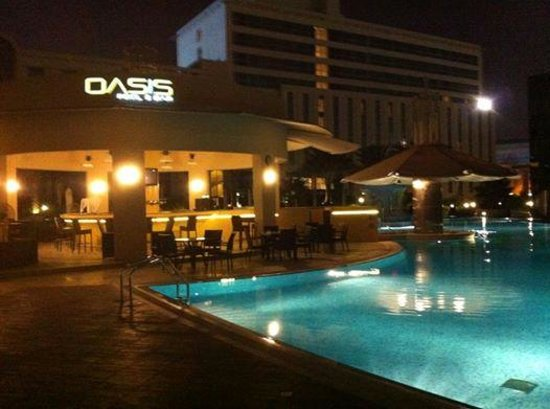 Millennium Airport Hotel Dubai : pool area and bar
