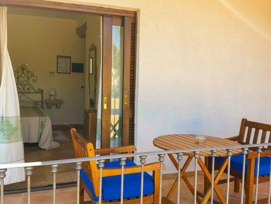 Hotel Parco degli Ulivi: Terraza y habitación