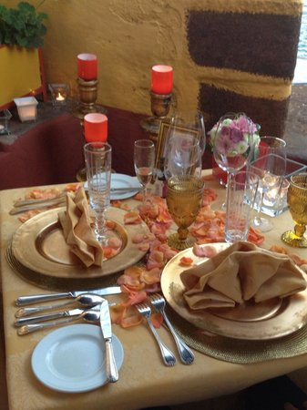 Restaurante Do Forte : Table decoration with Golden Package