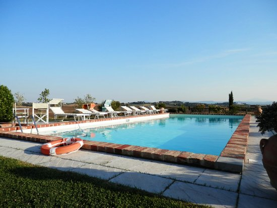 Casa Bellavista B&B : Pool in the middle of far reaching tuscan views