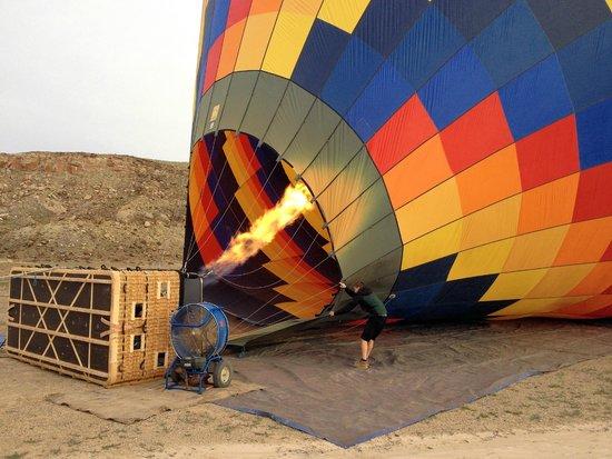 Canyonlands Ballooning : Der Heissluftballon wird startklar gemacht