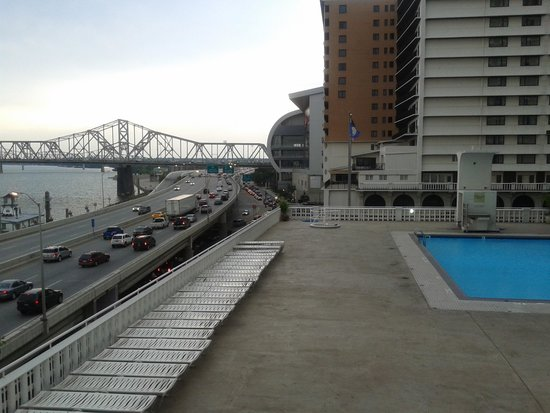 Galt House Hotel: Pool on the roof, overlooking the Ohio River