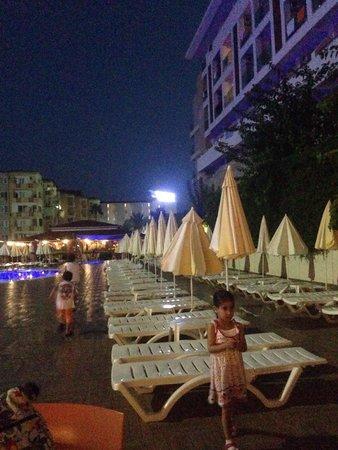 Titan Garden Hotel: Havuz ve havuz kenarında masada akşam yemeği