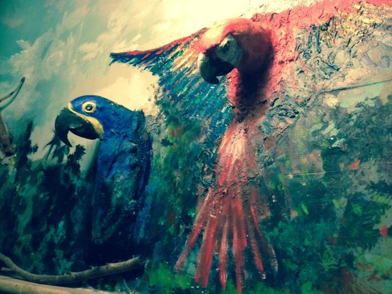 The Gallery Inn: Macaws on the bathroom wall!