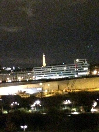 Ibis Paris 17 Clichy-Batignolles : ホテルからのエッフェル塔