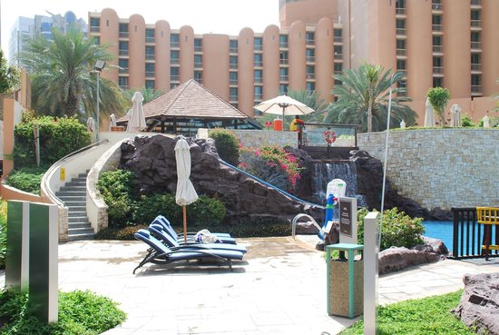 Sheraton Abu Dhabi Hotel & Resort : Kidt pool area, courtyard in background