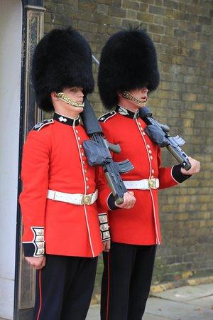 Fun London Tours: guards changing