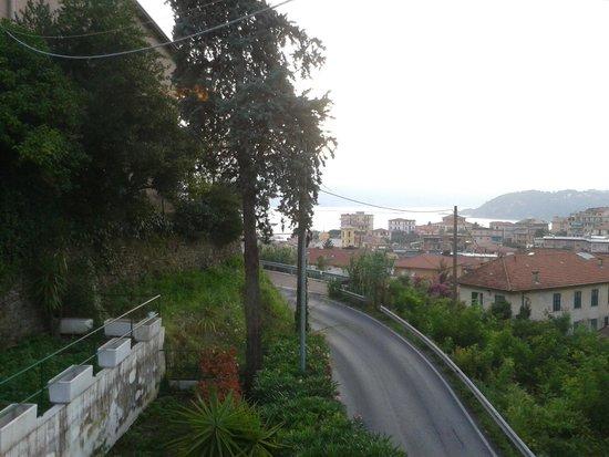 Hotel Italia: Strada antistante l'hotel