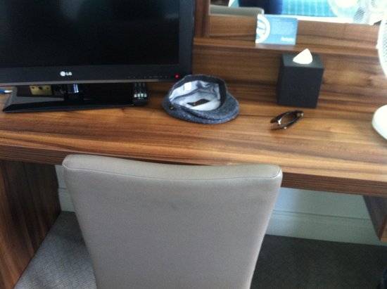 Actons Hotel Kinsale: Writing table - TV