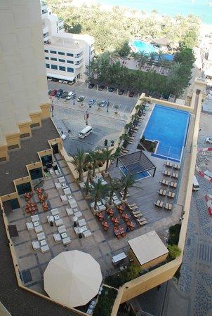 JA Ocean View Hotel: Poolområdet fra hotelværelset