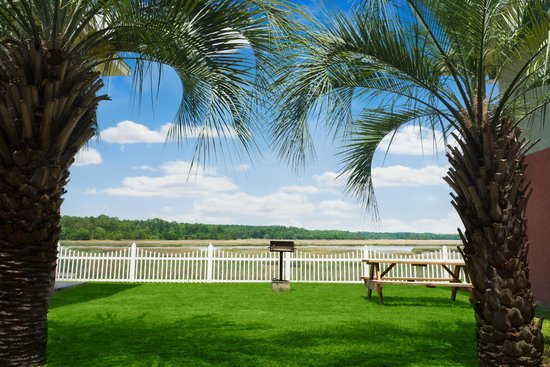Howard Johnson Inn Beaufort/Parris Island: Outdoor grill