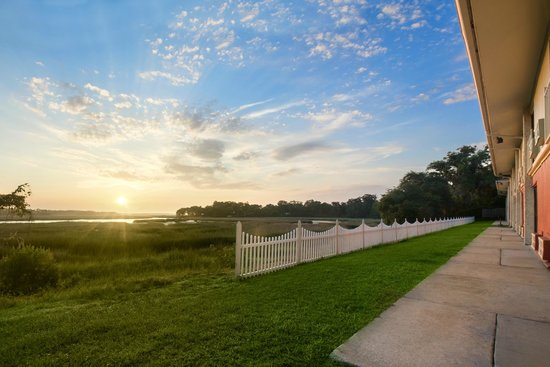 Howard Johnson Inn Beaufort/Parris Island: Rear view of the property