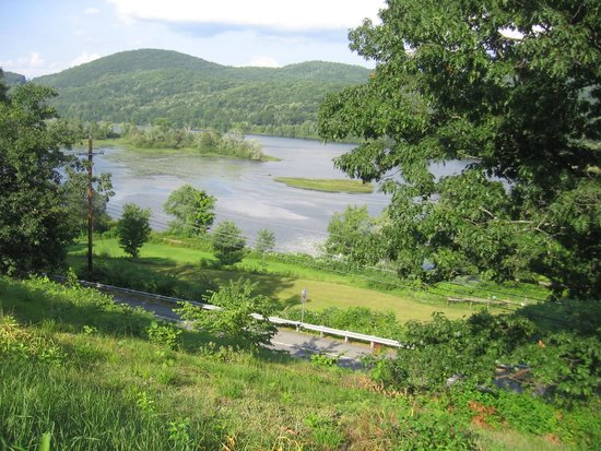 Halladay's Harvest Barn Inn: CT River view from front porch