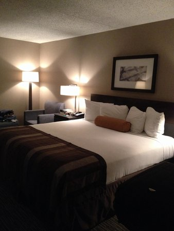 Wingate by Wyndham Los Angeles International Airport LAX: Quarto amplo e com cama confortável