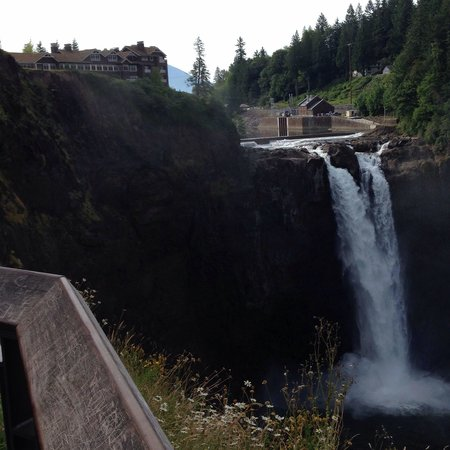 Snoqualmie Inn: Falls and Lodge
