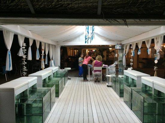 Aquis Sandy Beach Resort: Рыбки для пяточек