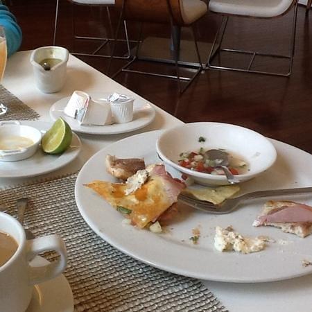 Restaurante 1620: platos vacios en la mesa, no hay servicio de retirar los platos