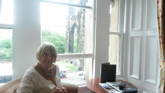 The Old Waverley Hotel: Overlooking Scott's Monument