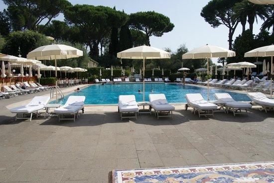 Rome Cavalieri, Waldorf Astoria Hotels & Resorts : Basseng med myke liggestoler som ble plassert der du ønsket.