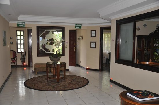 Casa Isabella Costa Rica: Front entrance interior.