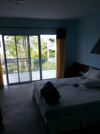 Thaniza Beachfront Resort : Camera spaxiosa e balcone
