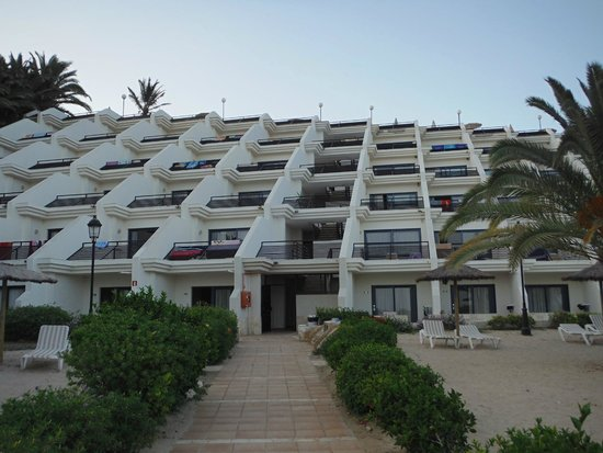 SBH Crystal Beach Hotel & Suites : Blick auf das Hotel von Strandseite