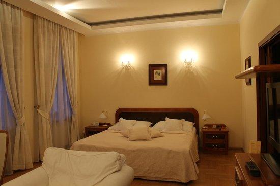 Louren Hotel: Мягкая и большая кроватка